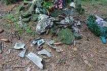 Sušice. Čtyřiadvacetiletý Jaromír Šimeček na tomto místě zemřel. U pomníčku jsou dodnes fragmenty letadla, věnce a kříž.