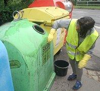 Prvotní umytí kontejnerů bylo třeba provést ručně, teprve poté se ke slovu dostala WAPka.