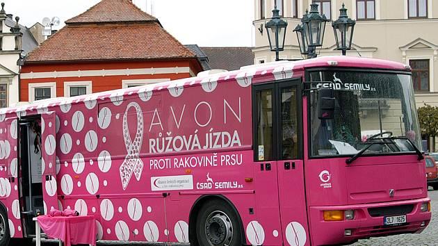 Růžová jízda proti rakovině dorazila i na chrudimské Resselovo náměstí.