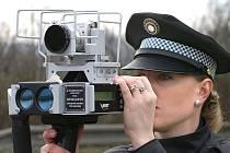 Policistka s radarem v akci.