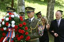 Pietní akt v památníku Ležáky v roce 2007.