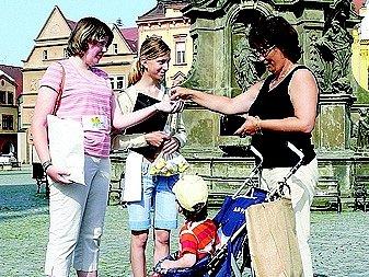 Jitka Mošnerová s vnukem přispívá nadaci. Děkují Edita Novotná a Lucie Jelínková.