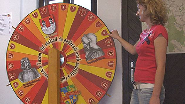 Součástí soutěže Od maštalí do podhradí je i šance získat zajímavé ceny na kole štěstí.