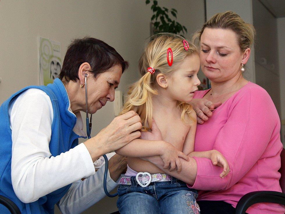 Chřipková epidemie už plní čekárny lékařů.