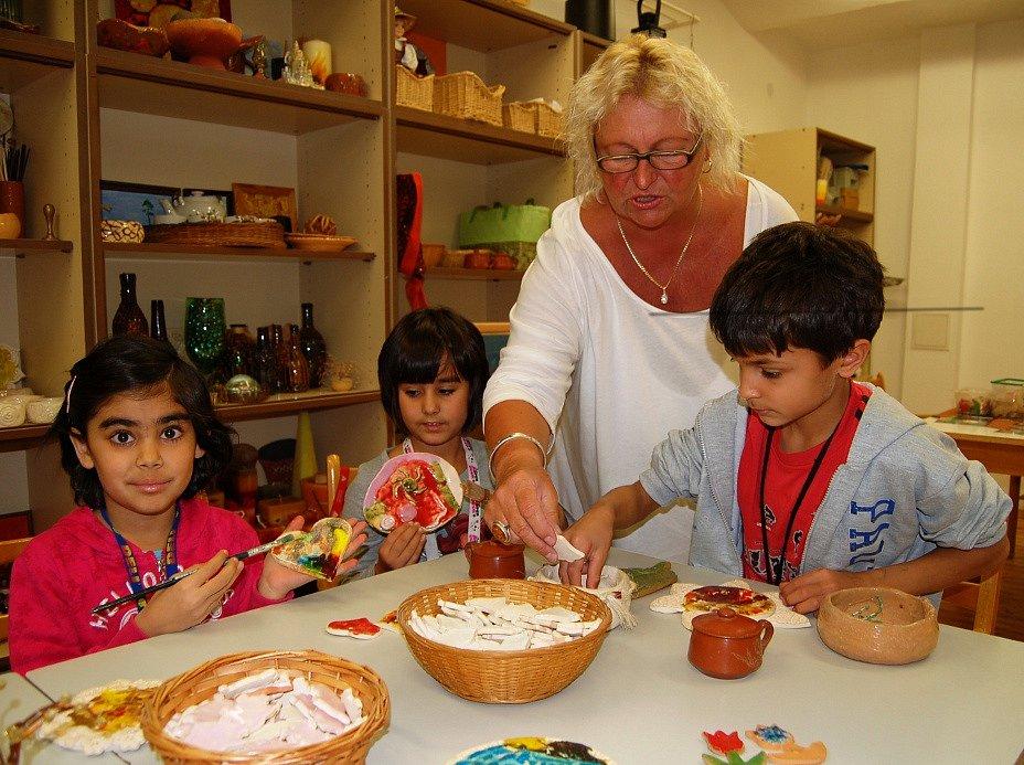Děti z dětského domova (na snímku), vyrábějí keramiku s Vladimírou Dvořáčkovou.
