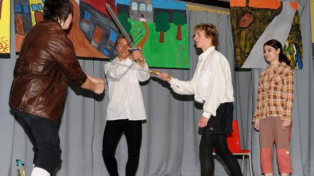 Tragédii Romeo a Julie  v anglickém i německém jazyce zvládli žáci ZŠ Dr. Jana Malíka v Chrudimi na výbornou.