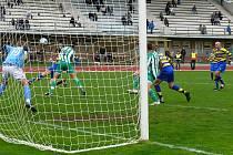 Rahimič střílí hlavou druhý gól AFK Chrudim proti Bohemians 1950 B.