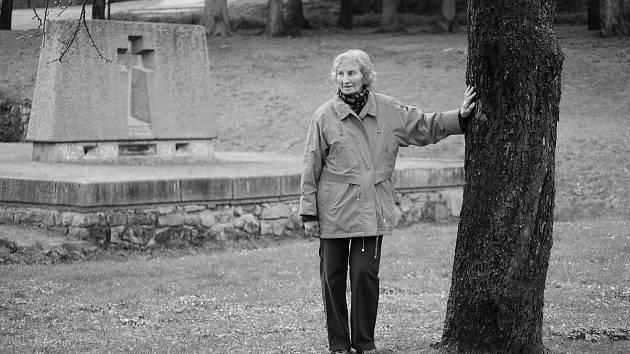 Z obyvatel vypálené obce Ležáky přežily jen sestry Šťulíkovy. Mladší Marie zemřela v roce 2018, starší Jarmila v 81 letech pracuje společně se svou rodinou na vzniku knihy Osud jménem Lidice.