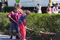 Děti uklízejí prosečské náměstí v rámci Dne Země