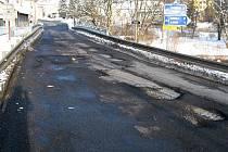 Výmol na silnici I. třídy č. 37 přímo v Trhové Kamenici u mostu přes Chrudimku.