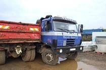 Na staveništi v Chrudimi řádil zloděj, který se vloupal do tří nákladních aut.