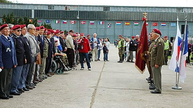 Oslavy na letišti sloužily k setkávání známých, rodinných příslušníků a civilistů se světem vojenských uniforem.