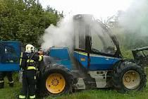Požár lesní techniky ve Vyžicích na Chrudimsku