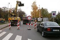 Řidiči musí počítat s uzavírkou chrudimské Škroupovy ulice ve zhruba dvacetimetrovém úseku železničního přejezdu