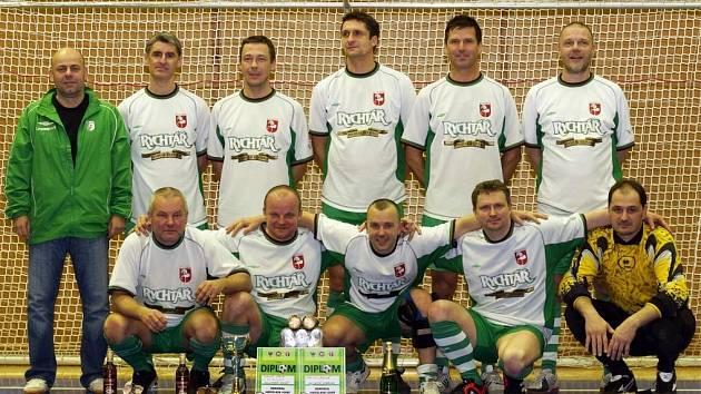MEMORIÁL JAROSLAVA JOSKY vyhráli v chrudimské sportovní hale fotbaloví veteráni FC Hlinsko nad 35 let.