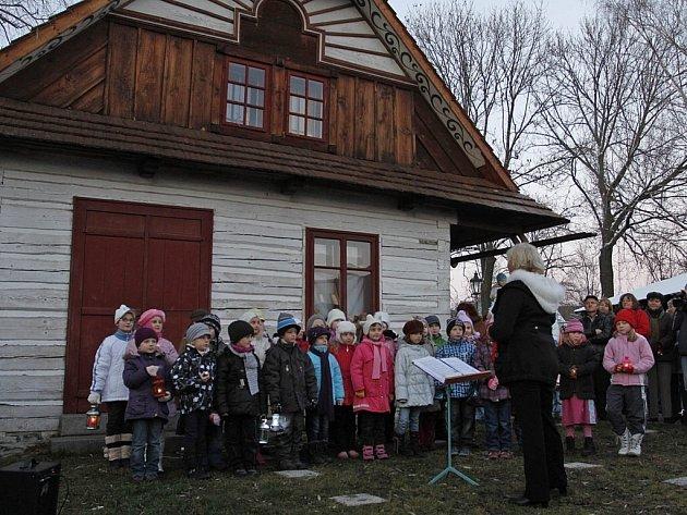 Pěvecký sbor při Základní umělecké škole v Hlinsku vedený renomovanou sbormistryní Lidmilou Holasovou zpíval v Betlémě při nedávném Mikulášsko vánočním jarmarku v Hlinsku.