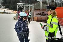 Policistky v Hlinsku poučily lyžaře o desateru chování na sjezdovkách