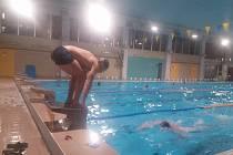 V sobotu a v neděli Vodní záchranáři Českého červeného kříže z Chrudimi nezaháleli. Od pátečního večera plavali štafetu, v neděli pak s mládeží trénovali první pomoc.