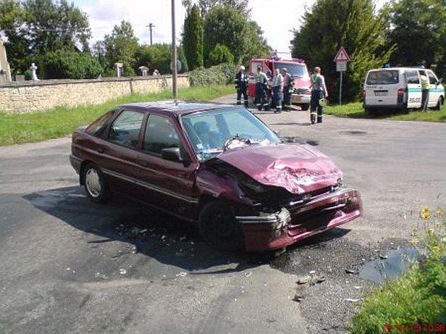 Hasiči vyprošťovali v Orli z havarovaného vozu zraněnou osobu.