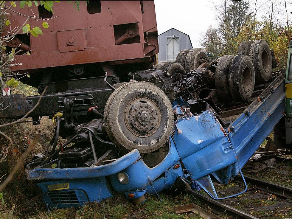 Řidič nákladního vozu v Cejřově přehlédl couvající nákladní vlakovou soupravu. Jeho tělo z kabiny museli vyprostit až hasiči.
