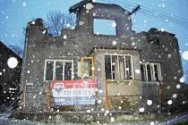 V prosečské místní části Česká Rybná shořel ve čtvrtek brzo ráno na troud rodinný dům za 1,3 milionu korun, určený k prodeji. Hasiči museli z objektu utéct před padající střechou a trámy a snažili se před plameny aspoň uchránit sousední dům.