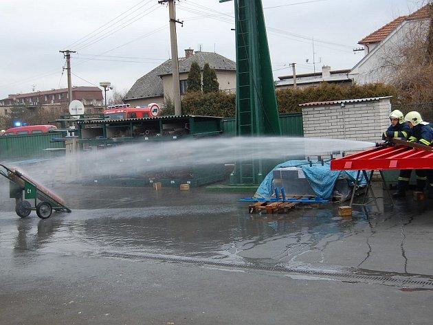 Chrudimští hasiči ochalzují acetylenovou láhev.