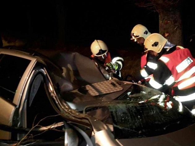 Chrudimští hasiči vyjížděli ve středu 16. prosince v 5.38 hodin k nehodě na silnici z Chrudimi směrem na Ostřešany, kde automobil narazil do stromu.