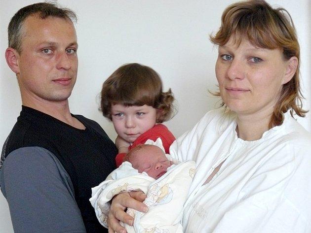 Dne 23. března se poprvé rozkřičel Matěj Línek z Dolního Bezděkova. Chlapeček se narodil ve 23:00 hodin a mamince Andree a tatínkovi Martinovi se pochlubil svými 49 cm a 3 200 g. Druhý den se na Matěje přišla podívat i tříletá sestřička Klárka.