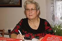 Výtvarnice Kamila skopová při autogramiádě své knihy.
