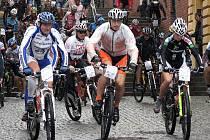 ŠIROKÉ SCHODY. Zatímco v předchozích letech svatý Petr tomuto tradičnímu závodu horských kol, který je součástí seriálu Kolo pro život, obvykle přál, tak při sobotním 14. ročníku MTB Maratonu Manitou Železné hory Škoda Auto si nepřízeň vynahradil.