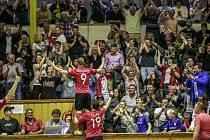 Obrovská euforie vypukla v zaplněné chrudimské hale po brance Tomáše Koudelky na 6:4, která soupeře definitivně zlomila! Gigantický obrat nakonec vynesl první bod.
