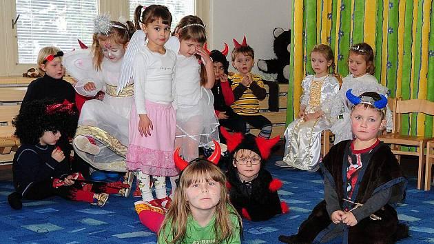 V Mateřské školce Víta Nejedlého v Chrudimi si děti mohly v pátek při Čertovském rojení natrénovat mikulášskou nadílku.