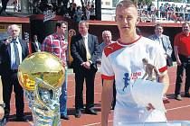 Petr Drahoš přebírá cenu pro nejlepšího hráče Poháru Josefa Masopusta 2012.