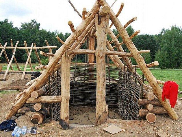 Stavba keltského archeoskanzenu v Nasavrkách.