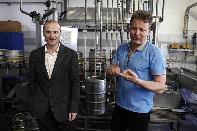 Milan Janírek, obchodní ředitel Pivovaru Rychtář v Hlinsku, vpravo je výrobní ředitel Milan Morávek.