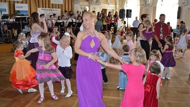 Z plesu k oslavám 100. výročí Mateřské školy Svatopluka Čecha