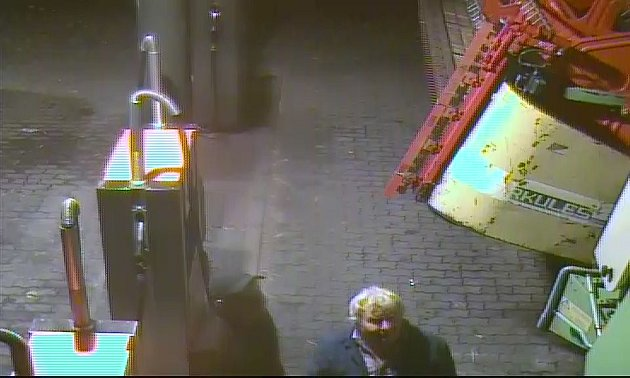Na benzince narazil kombajnem do sloupu s kamerou.