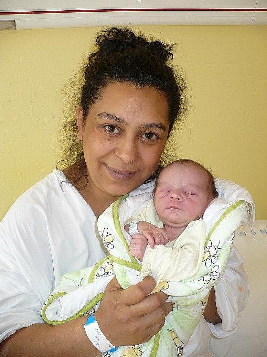 ADRIAN SURMAJ. Blahopřání k narození miminka dne 26. srpna v 10:30 putuje za rodiči Olgou a Josefem do Chrudimi. Jejich malý andílek vážil po porodu 2,97 kilogramu a měřil 49 centimetrů.