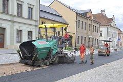 Léto patřilo i pokládkám nových živičných povrchů na chrasteckém Náměstí.