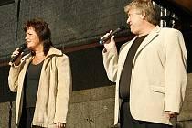 Eva a Vašek vystoupili na nádvoří hlineckého pivovaru Rychtář.