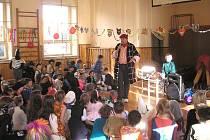 V Chrudimi si bezmála stovka dětí ze školních družin užívala dětský karneval.