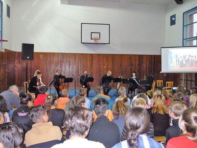 Žákům zahrála i Komorní filharmonie Pardubice