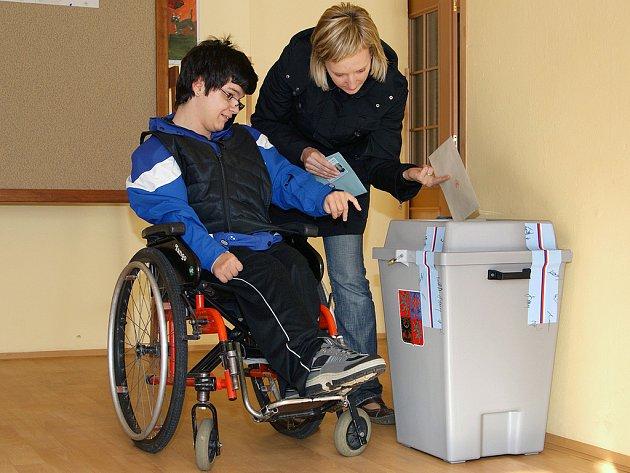 K volebním urnám vyrážejí i klienti Domova sociálních služeb ve Slatiňanech.