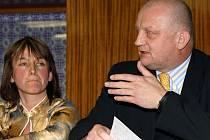 Zastupitelé v Chrasti na svém zasedání odvolali starostu Tomáše Vagenknechta (vpravo na snímku).
