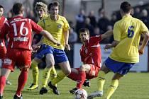 První gól třetiligového derby vstřelil ve 32. minutě hostující Tomáš Vácha (třetí zprava).