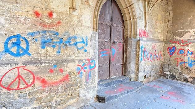 Vandalové 'vyzdobili' chrudimský Kostel Nanebevzetí Panny Marie po svém.