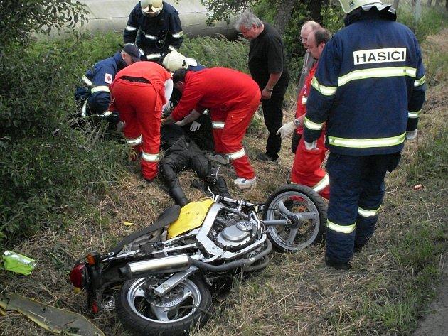 Chrudimští profesionální hasiči zasahovali u dopravní nehody motocyklisty, který narazil do stromu v Chrudimi-Vestci.