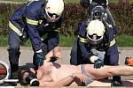 "Taktického cvičení ""Bazén nebezpečná látka 2008"" v Hlinsku se účastnily složky hasičů, záchranné služby i policie."