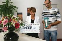 IVANA BOHATÁ  A  JAN ČECHLOVSKÝ cenu, šek i krásné květiny přivezli z Národního divadla v Praze.