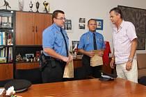 Strážníky městské policie Michala Křibského (na snímku vlevo) a Jiřího Němce přijal na radnici chrudimský starosta Petr Řezníček.